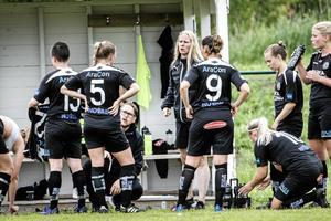 Niklas Christensson och Sandra Johansson som tränare och assisterande tränare på ÖSK Söders avbytarbänk 2017. Nu har de båda samma roller i Kif Örebros F19-lag – dit minst sju av ÖSK:s spelare nu tar klivet.