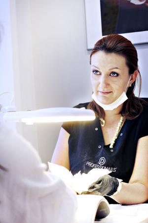 Amanda kom till Sverige från Estland 2003. Då hade nagelboomen redan svept över hemlandet.