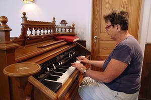 Ingrid Eriksson spelar på den gamla orgeln. Tack vare att församlingen hyr ut ett rum i kyrkan och att Eriksson själv predikar, håller de kostnaderna nere och lyckas på så vis behålla fastigheten.