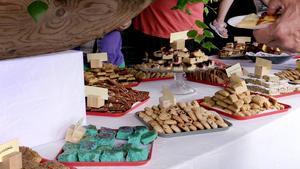 Över 60 olika sorters kakor fanns på långbordet.