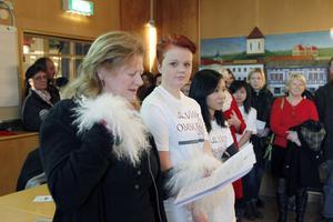 Rektor Anna-Karin Zackrisson Larsson i samtal med eleverna Susanne Bengtsberg och Zin Hedman.