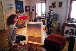 Anneke van't Hof i sin egenhändigt inredda ateljé i Böle, Sönneråsen. På bilden tillsammans med Ragundadalens konstförenings avgående ordförande Allis StoltFoto: Ingvar Ericsson