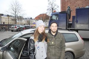 """Främjar citylivet. Anne-Sofie Iversen och maken Simon Iversen välkomnar gratis helgparkering på Rudbeckianskas skolgård. """"Det skulle främja citylivet som annars riskerar att dö ut eftersom det är så dyrt att parkera i dag"""", säger Anne-Sofie Iversen."""