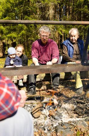 Friluftsare. En paus vid grillbrasan är självskriven efter en vandring med Friluftsfrämjandet i Hällefors. Simon, Eva-Lotta, Lars och Martin Andersson trivs.