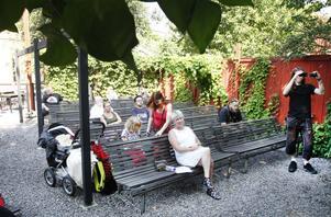 Joe Hill-gården, där protestsångarens och fackföreningsmannens liv och musik visas upp i hans barndomshem i Gamla Gefle, är en av de största turistattraktionerna i Gävle och hade under juli i år över 700 besökare. I år är det 40 år sedan museet invigdes och det firades i går med musik, tal och fika. Men just jubileumsdagen var inte så välbesökt. Kanske berodde det på det fina vädret?