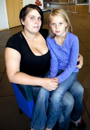 Kallades till röntgen i onödan. Jessica Jansson med dottern Felicia som akuten förväxlade med en av deras grannar, som också besökt akuten.Foto: Per g Norén