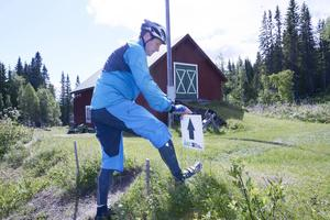 Mats Skott snitslar cykelbanan i Åre Extreme Challenge.