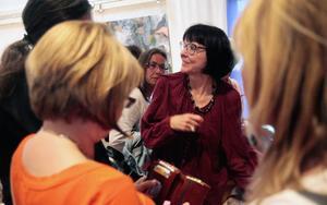 Många åhörare var ivriga att få böcker signerade och få växla några ord med Anneli Jordahl sedan hon på måndag kväll berättat för ÖP:s bokcirkel om sin nya roman, som utspelar sig i Östersund.