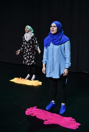 Att berätta om sitt liv på en teaterscen har varit en känslosam upplevelse för de tjejer som medverkar.