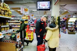 På affären träffar Gösta Olofsson i bland någon bekant som han byter ett par ord med.    Foto: Ulria Andersson