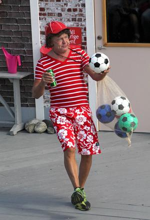 Danske Preben (Lars Fille Strömqvist) kommer direkt från en fotbollsmatch och är lite för onykter för att nå affärsmässig framgång.