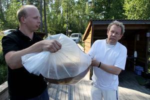 Jonas Jonsson och Leif-Åke Pettersson hjälps åt med de tunga påsarna.