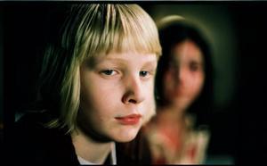 Olycksbarn. Kåre Hedebrant och Lina Leandersson som Oskar och Eli i en av årets bästa svenska filmer. Foto: Sandrew/Metronome