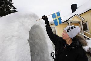 Erik Sundström pryder alltid sin igloo med en flagg. Det menar han ger en huskänsla i snöbostaden.