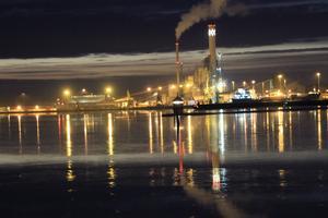En lite annorlunda bild av djuphamn och kraftvärmeverk med