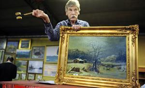 Peter Ericsson tar emot buden för en tavla gjord av en elev i Albert Blombergs skola. Den blev betydligt billigare än Blombergssons originaltavla som gick för 51 000 kronor.
