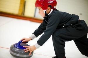 TESTADE. 6-årige Troy Bergström var en av ett 30-tal personer som prövade på curling i ishallen.