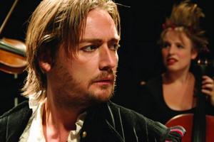 Jonas Nerbe i rollen som William Shakespeare. Foto: Andreas Boonstra
