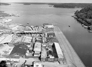 Norrtälje hamn från ovan med järnväg längs kajen 1959.