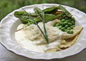 Mezzelune är en väl tilltagen pastakudde med olika fyllningar. Finns att köpa i välsorterade affärer, men den goda såsen bör man koka ihop på egen spis.