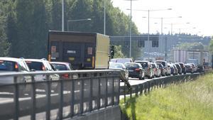 Den intensiva trafiken under midsommarhelgen innebär både en högre olycksrisk och risk för köbildning. Foto: Maja Suslin/TT/Arkiv
