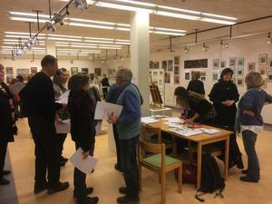 Vernissagen med Olof Sjöbergs konst lockade många besökare i lördags.