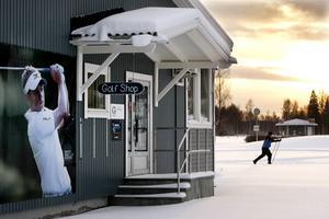 Proshopen är sedan länge stängd för säsongen. Nu fylls Timrå golfbana av skidentusiaster.