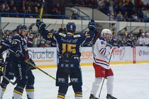 Marcus Linderborg har nyss gjort 4–2 och gratuleras av  Viktor Mårtensson.