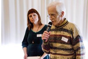 Härje Nordquist har varit med i produktionen av Hede hembygdsförenings skrifter i många år. Här tar han emot Heimbygdas pris för bästa bok 2015 som representant för Hede hembygdsförening tillsammans med Magdalena Nordquist.