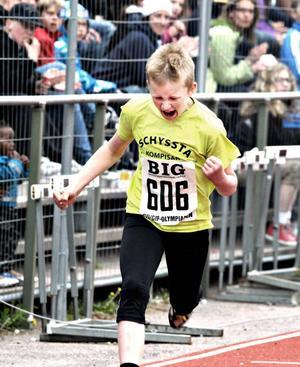 Hampus Engman knyter näven sedan han sprungit hem 60 meter för årskurs 3. Hampus går på Ulvsätersskolan och sprang på tiden 9,71.