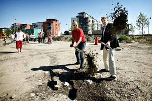 Kommunalrådet Per Johansson, kanske en blivande hyresgäst, och Gavlegårdarnas VD, Jan Hugg, tog var sitt spadtag för nybygget på Gävle Strand.