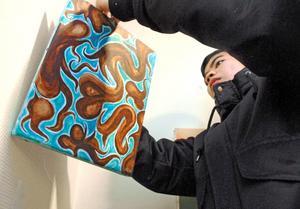 Chris Laresé hjälpte till att hänga upp utställningen på Kingsgården på tisdagsförmiddagen.