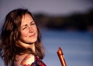 Kristine West spelar på en mängd olika block- och traversflöjter på sin skiva Recorder. Med sig har hon musiker hon samarbetar med i olika ensembler och orkestrar.