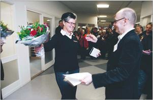 """GLAD. När Ing-Marie Persson korades till """"Årets Gävlebo 2009"""" av Arbetarbladets chefredaktör Sven Johansson kunde hon inte hålla tillbaka tårarna. """"Jag brukar klara sånt här bra, men jag blir rörd. Tusen tack till alla som röstat på mig."""