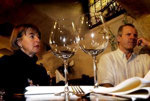 Stänger. Karin och Peter Henriksson äger restaurangen Skeppet som i juli begärdes i konkurs, något som nu har beviljats. Paret har haft en utdragen tvist med sitt försäkringsbolag som nekat paret pengar till en återuppbyggnad av restaurangen efter den stora branden i fastigheten.