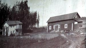 Ett gammalt fotografi av gården Svahns, där gränsen mellan Dalarna och Hälsingland går genom ladugården och där övervåningen i bostadshuset en tid fungerade som byns skola..