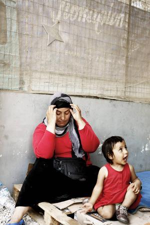 Fatma är 30 år och har sex barn. Hennes man lämnade Syrien före resten av familjen och har fått uppehållstillstånd i Tyskland. Men Fatma kan inte vänta på att få tillstånd att resa till Tyskland som anhöriginvandrare, det är för farligt att bo kvar. I stället flyr hon med sin kusin. I Turkiet skiljdes de åt. Och Fatma har inga pengar så nu väntar hon på honom på den grekiska ön Samos.