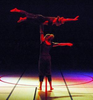 Cirkusstämning. Tre duktiga cirkusartister med rötter i bygden gav invigningen en cirkusprägel.