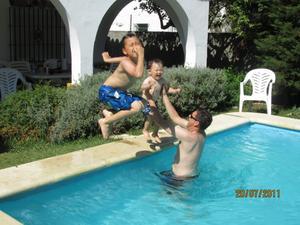 Lillebror Claes ville också hoppa i poolen precis som storebror Leo, tur att pappa står och tar emot! Glädjen går ej att ta miste på!