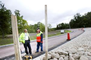 Leverantören Ballast har märkt av en ökad efterfrågan från privatpersoner i Gävle på kullersten under bygget av Lexvallsviadukten, berättar Leif Hedlund som är arbetsledare för anläggningsfirman Oden. Rolf Magnusson till höger är byggledare för projektet på uppdrag av kommunen.