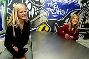 Foto: ANNAKARIN BJÖRNSTRÖM Nej-sägare. Sofia Åström och Evelina Nilsson går åttonde klass på Solängsskolan. De vill inte att Sverige går med i EMU. - Det blir mycket krångligare att räkna pengarna och sedan sägs det att allt kommer att bli mycket dyrare, säger Evelina Nilsson.