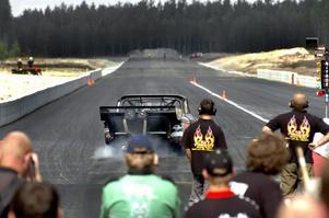 SHRA Lindesberg har inte gett upp hoppet om att få köra tävlingar med oregistrerade fordon på industrirakan i sommar. Men ett besked måste komma inom en månad.