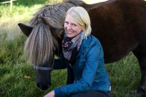 Thilde Höök, hästbonde från Månkarbo i Uppland, är en av två deltagande kvinnor. Hon sökte självmant till programmet.