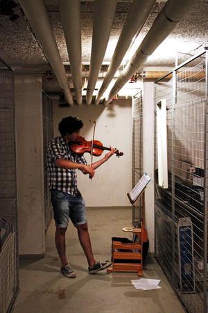 Här i höghusets källare i Vallhov började Ghazwan Numan spela på kvällarna när det inte längre höll att öva i lägenheten. Var femte minut slockar lyset, och han måste avbryta sig för att slå på det igen. Till höster väntar bättre lokaler på Musikhögskolan i Malmö.