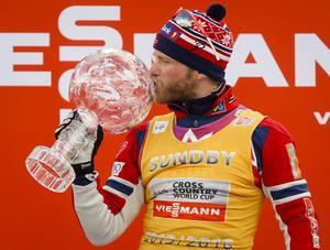 Martin Johnsrud Sundby firar vinsten av den totala världscupen i mars 2016.