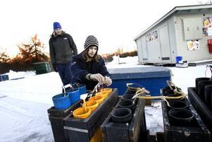 långa förberedelser. Pelle Andersson och Kristoffer Berglund jobbade från tidig morgon med att förbereda fyrverkerierna vid Strömvallen på nyårsafton.