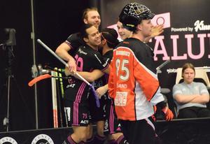 Faluns succékedja med Johannes Larsson, Alexander Hallén och Hassan Hajo firar ett av sina mål mot Warberg.