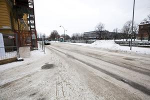 Det är lite problematiskt för fotgängare att passera förbi Grand Hotell på Norra Strandgatan, fast det är en så snöfattig vinter.