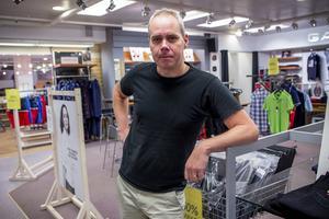 Cliff Pettersson, ägare av butiken Treman sedan 15 år, är bedrövad över inbrottet.