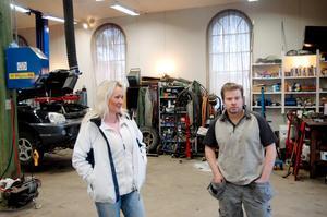 FÖRVANDLING. Med port och cementgolv förvandlade Ola Östlund och Susanne Forsblom missionshuset i Marma till bilverkstad.